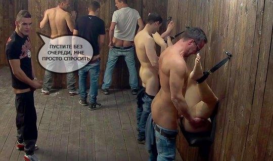 Парни в борделе принимают участие в групповом сексе на публике