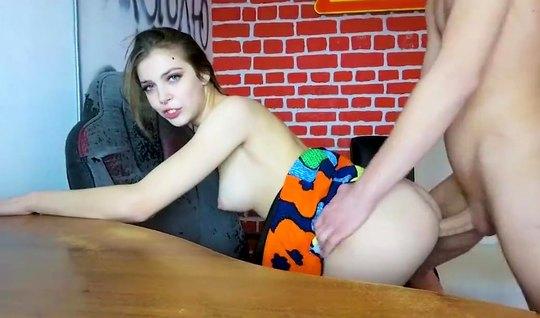 Русская девушка перед вебкой записывает домашнее порно с молодым парнем
