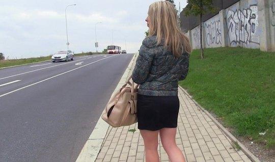 Парень пропикапил блондинку и трахнул ее мокрые дырочки в машине
