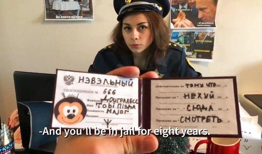 Русская порно пародия с полицейской девушкой в униформе заве...