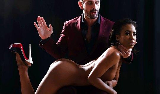 Мулатка познает прелести нежного минет и жесткого порно одновременно
