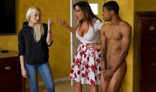 Зрелая мамка соблазнила друга дочери негра студента на секс в спальне