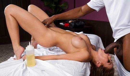 Грудастая брюнетка после массажа занимается сексом с длинным членом негра