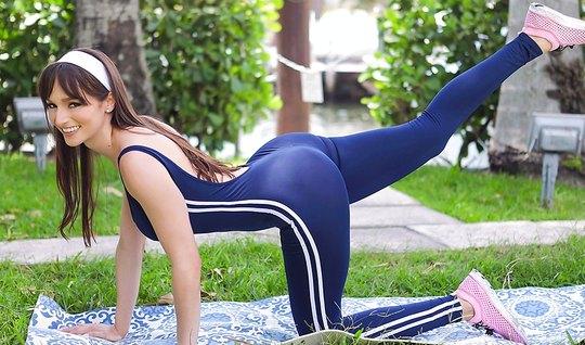 После фитнеса мамочка готова трахнуться с молодым соседом и его членом