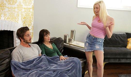 Мамочка и дочка занимаются бурным сексом с молодым человеком на диване