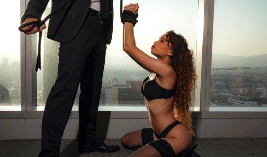 Строгий любовник любит жесткое порно с мулаткой в черных чулках