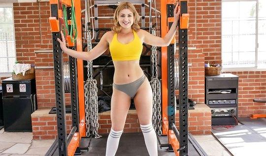 Красивая брюнетка в спорт зале сделала минет и раздвинула ноги для порки