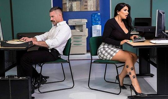 В офисе грудастая коллега сделала мужику минет и залезла на стол для секса