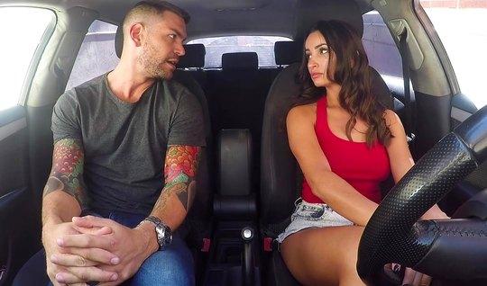 Инструктор по вождению машины соблазнила свою ученицу на горячий секс