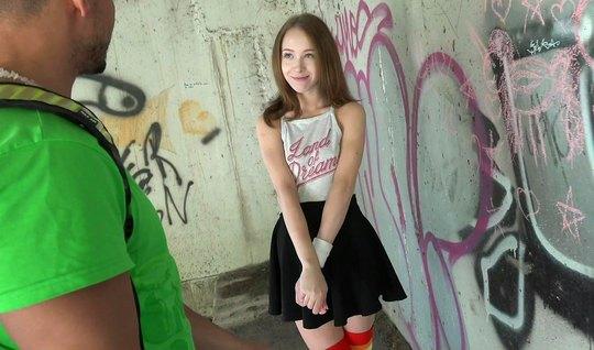 Русская молодая девушка в публичном месте занимается сексом с парнем