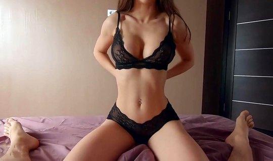 Молодая пара показывает своё домашнее порно в позе наездницы по вебкамере