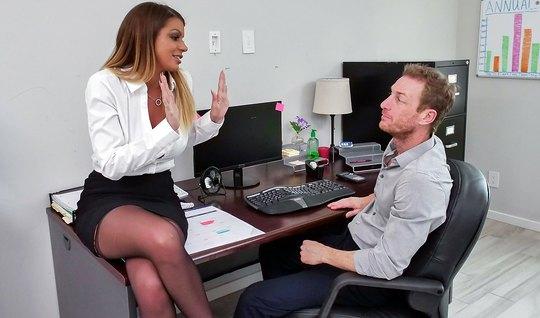 Секретарша в красивых кружевных чулках и трусиках трахается в офисе с начальником