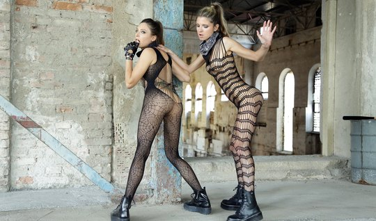 Лесбиянки в чулках на заброшенном заводе трахают друг друга
