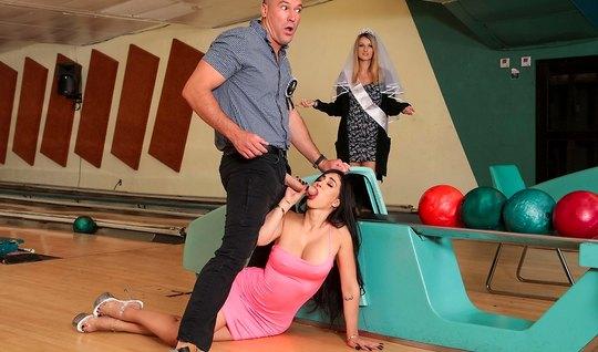 Брюнетка с большими сиськами изменяет мужу в боулинг клубе
