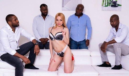Стройная блондинка с длинными ногами и упругими сиськами обожает групповуху с неграми