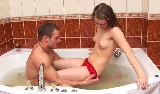 Русская парочка в ванной занимаются анальным сексом и получают оргазм