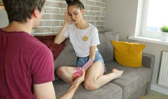 Молоденькая подруга вместе с братом снимают свое домашнее порно от первого лица