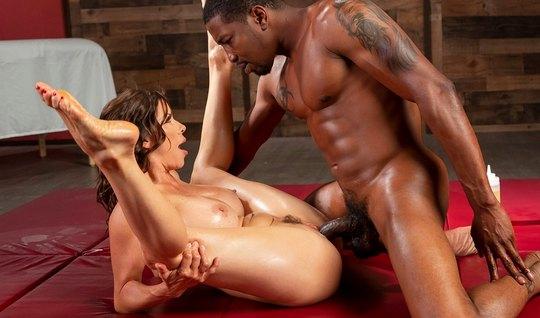 Негр со зрелой брюнеткой облились маслом и занимаются сексом на полу