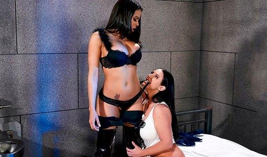 Две лесбиянки с большими сиськами резвятся в тюремной камере