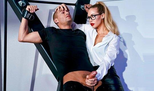 Блондинка доминирует над рабом и трахается с ним у стола