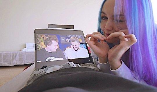 Крашенная подружка предпочитает снимать свое русское домашнее порно