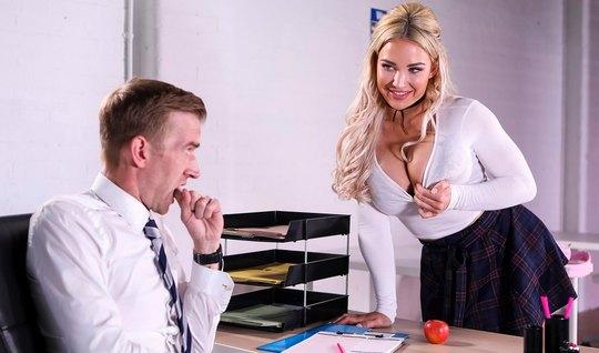 Грудастая блондинка студентка после уроков соблазнила учителя на шикарный секс
