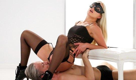 Блондинка в маске и в чулках доминирует над седовласым мужчиной