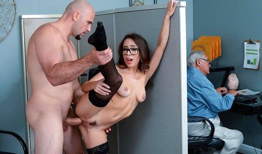 Соблазнительная секретарша в чулках устроила секс с боссом в офисе