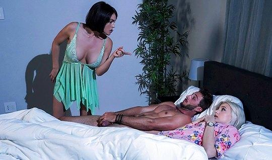 Мамочка заменила парню свою дочь и трахнулась с ним в спальне