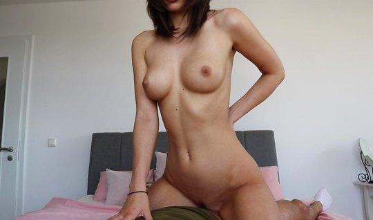 Парень со своей русской подругой снимают на веб камеру домашнюю порнушку