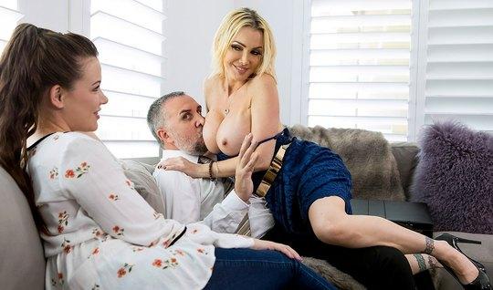 Сексапильная блондинка с большими сиськами не против хорошего траха с любовником