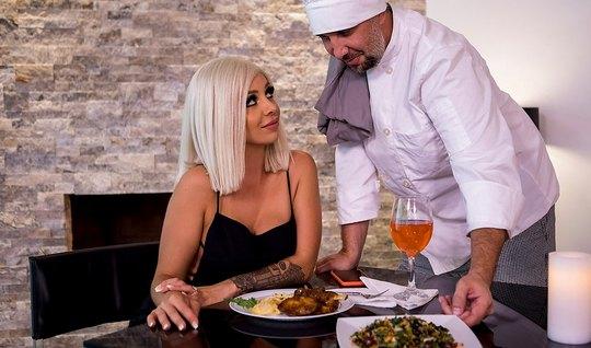 Частный повар после ужина трахает на кухне сексуальную блондинку в чулках