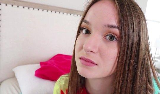 Молоденькая девушка с парнем в кровати балуют друг друга сексом