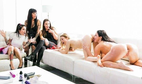 Толпа лесбиянок на диване устроили групповое порево с мастурбацией