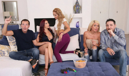 Парень с подружками забавляется групповухой в укромном уголке