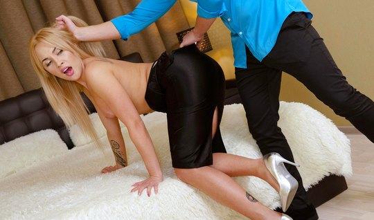 Блондинка в конце дня устроила себе свидание и горячий секс