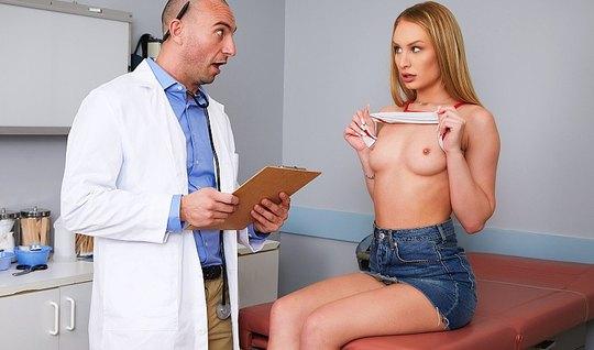 Грудастая блондинка в офисе больницы дает доктору себя трахнуть
