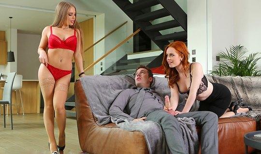 Рыжая и блондинка устроили для мужика на диване групповое порево