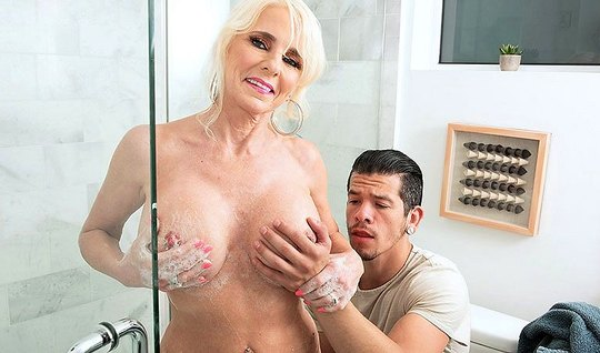 Зрелая дамочка показала парню большие дойки и дала себя оттрахать