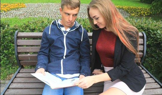 Русская молодуха пригласила домой друга и занялась с ним сексом