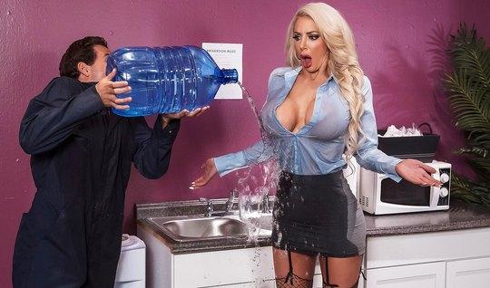 Блондинка прямо в офисе показала доставщику воды сиськи и трахнулась с ним