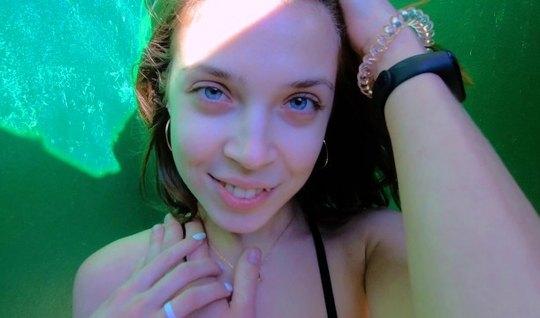 Русская девушка в пляжной кабинке согласилась на минет и вагинал