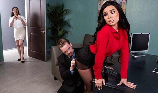 Начальник вызвал секретаршу в кабинет и устроил для нее шикарный трах