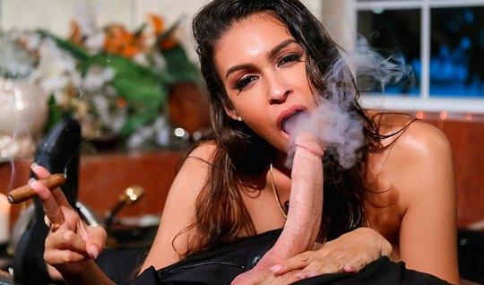 Красотка брюнетка курит и делает королевский минет перед сексом