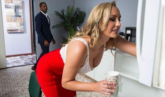 Негр в офисе устроил для блондинки настоящий секс и довел ее до оргазма