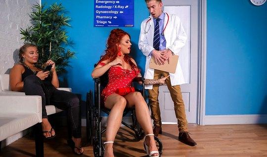 Рыжая мамка прямо в палате позволяет доктору трахнуть ее киску