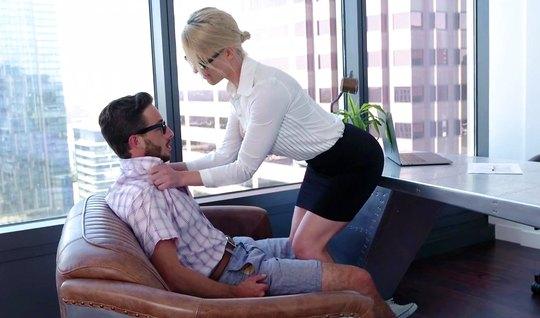 Зрелая блондинка в офисе занимается шикарным сексом со своим помощником