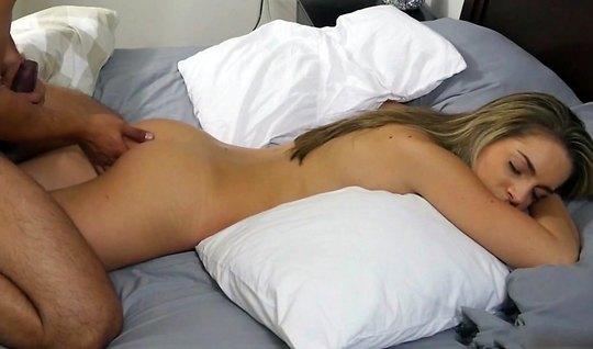 Красивая девушка в постели подставляет свою дырочку для дома...