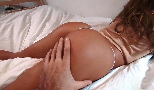 Жена мулатка с большой жопой подставляет дырочку для домашнего порно