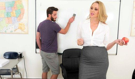 Зрелая блондинка в офисе соблазнила молодого студента на шикарный трах